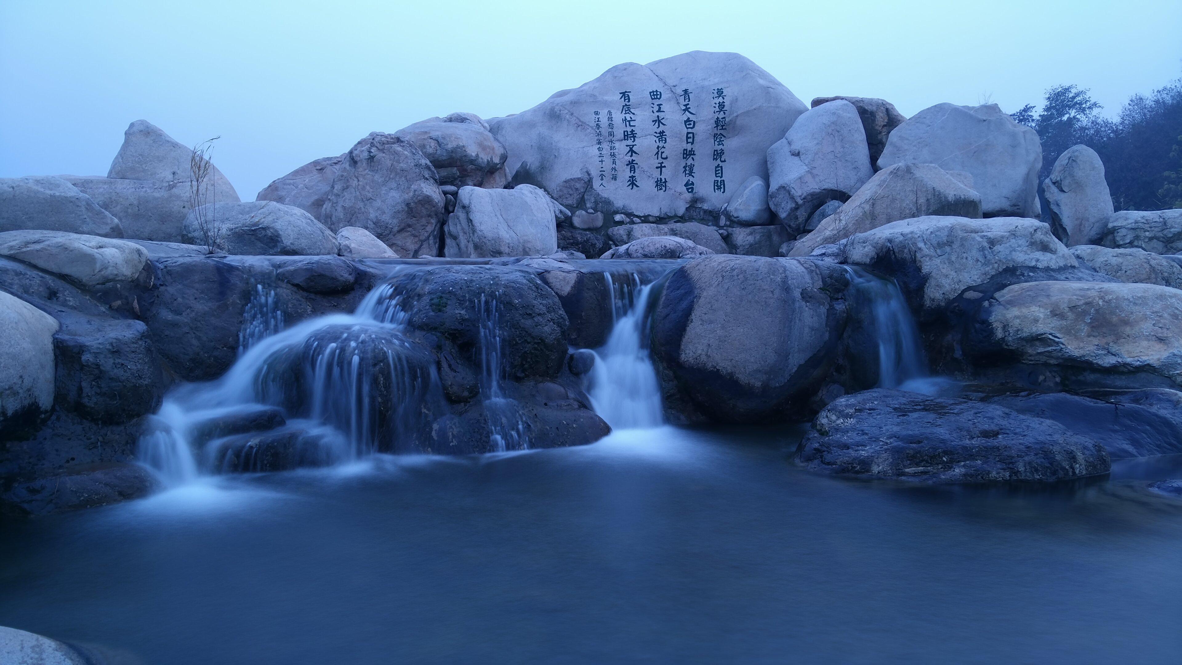 曲江池的夜景很有古风古韵但又不失繁华 小桥流水亭台楼阁 夜灯初上